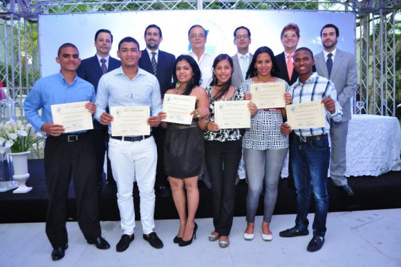 Fundación Font Gamundi de La Vega entrega becas a estudiantes meritorios