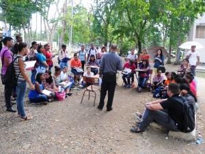 En la UASD reciben clases bajo los árboles