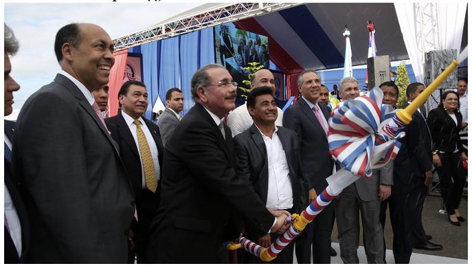 Presidente inaugura acueducto, dos   escuelas y dos carreteras en Hermanas Mirabal