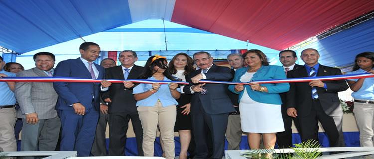 Presidente Medina entrega dos escuelas de básica y una estancia infantil en Santiago