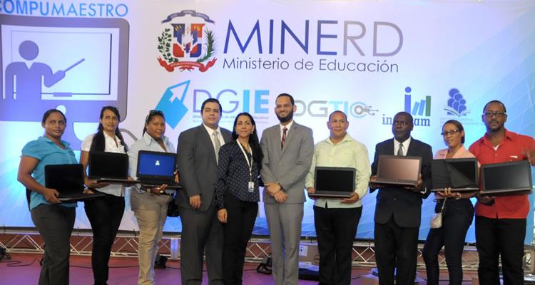 Ministerio de Educación entrega laptops a más de tres mil profesores y profesoras