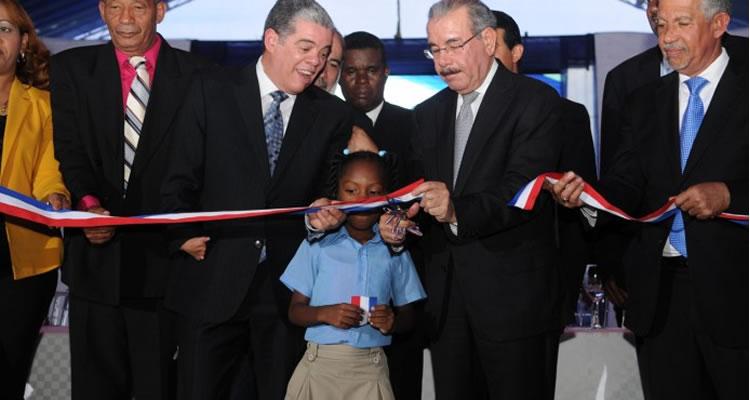 Presidente Medina inaugura en La Caleta una escuela para 945 estudiantes