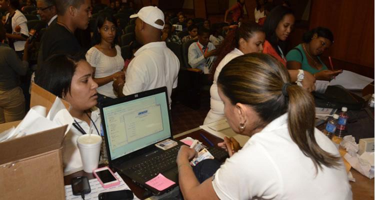 Entregan 10 mil tarjetas solidaridad a estudiantes de la Universidad Autónoma de Santo Domingo