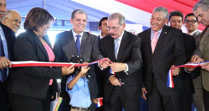 Presidente Medina entrega escuela de 23 aulas a barrio El Libertador, de Herrera