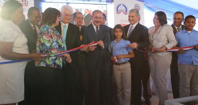 El presidente Medina inauguró dos centros educativos en Peravia ayer