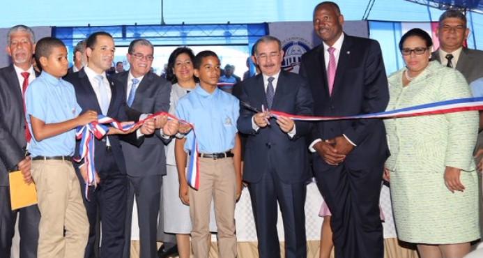 Presidente Medina inaugura escuela y estancia infantil en Santo Domingo Este
