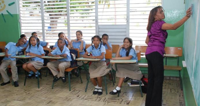 Educación aumenta salarios a maestros, pensionados y al personal de apoyo