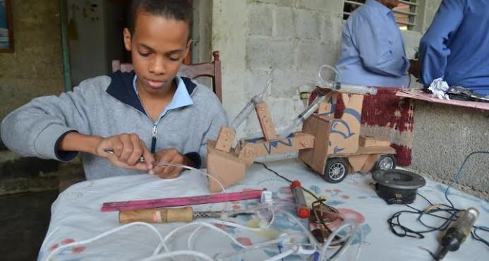 Jasuel: el estudiante que construye robots con material reciclado