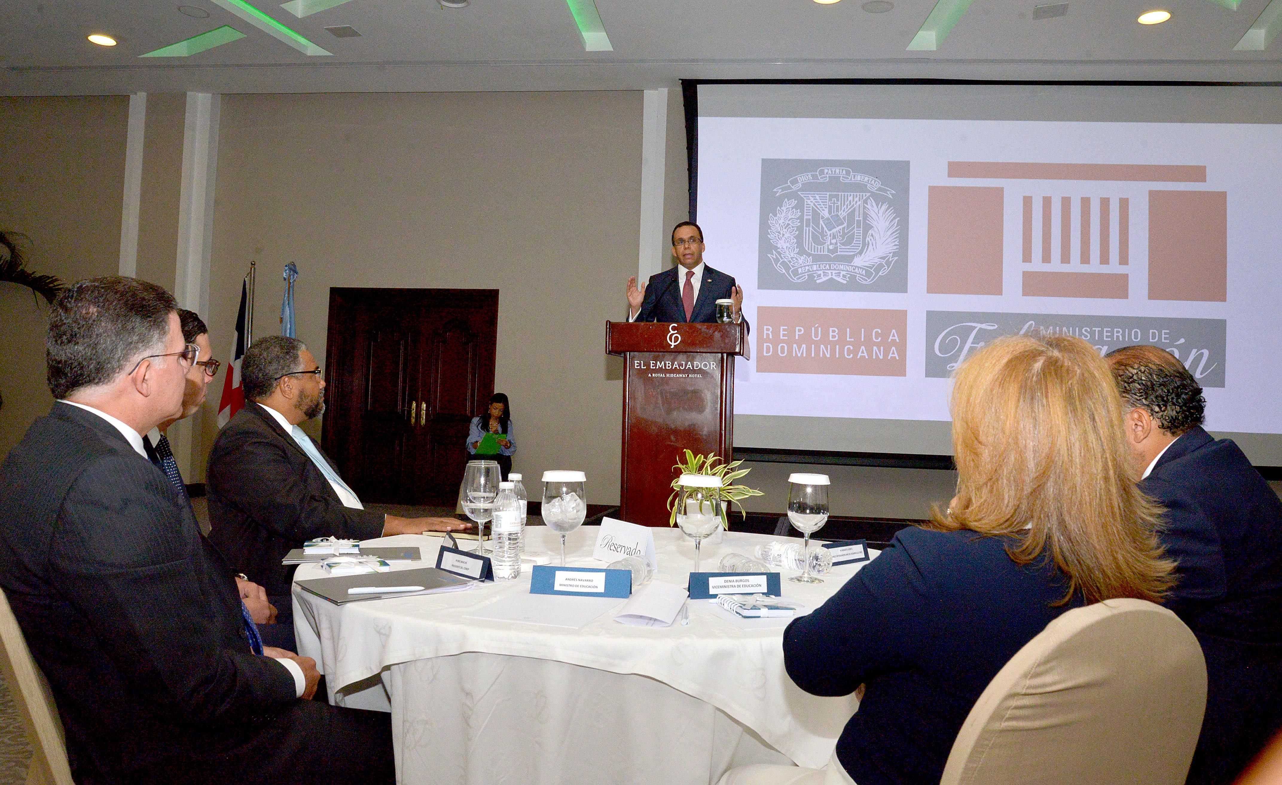 Navarro gestiona alianza público-privada para convertir liceos en politécnicos
